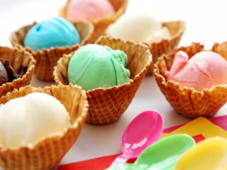 Este helado español cambia de color al lamerlo